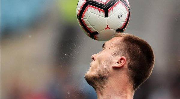 كرة القدم وضربة الراس  والخرف